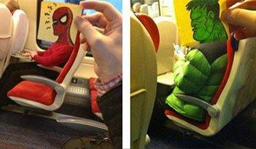 Este ilustrador no se aburre en el tren. El viaja con dibujos animados