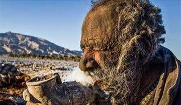 Este hombre de 80 años hace 60 años que no se lava