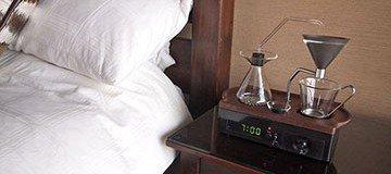 ¿Te cuesta salir de la cama? ¿Bebes café? Necesitas este despertador