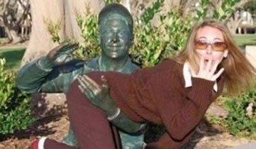 25 Personas que decidieron dar un toque gracioso a sus fotos junto a estatuas