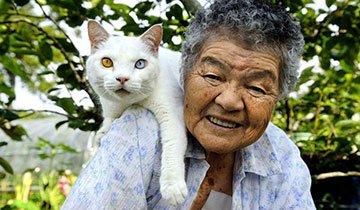 Que fuerte y bonita es esta amistad entre una abuela y su gato. Simplemente hermoso.