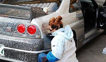 Esta pareja personalizó su Nissan Skyline GTR con rotulador permanente. Espectacular resultado