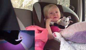 Bebé adorable se emociona mientras ve una serie de dibujos animados en el coche.