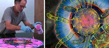 Este artista crea impresionantes obras psicodélicas vertiendo pintura y resina sobre un lienzo.