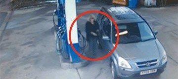 Mujer confundida no consigue ubicar el lado correcto del deposito de gasolina del coche. Reirás.