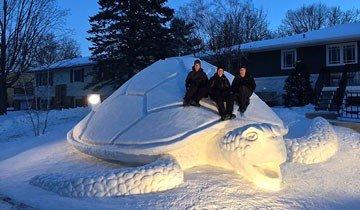 Cada invierno, estos tres hermanos hacen una escultura de nieve gigante en su jardín.