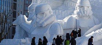 Ejército Japonés usa 3.500 toneladas de nieve para crear una escultura de nieve colosal.