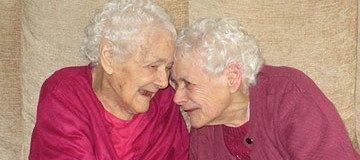 Las hermanas gemelas más mayores del planeta, llevan 103 años cuidando la una de la otra.