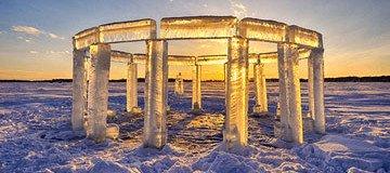 Cómo cada año, estos cinco amigos construyen el Icehenge en Rock Lake, Wisconsin.