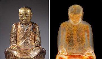 momia dentro de estatua budista