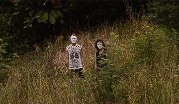 La policía está buscando a la espeluznante pareja que apareció en este vídeo.