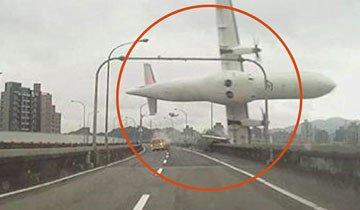 Avión de TransAsia colisiona con un puente y es captado en vídeo por un conductor.
