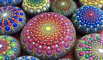 Quedarás hipnotizado con los mandalas que esta artista crea sobre piedras marinas.