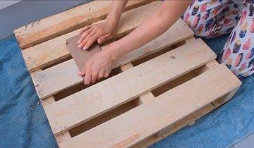 Encontró un viejo palet de madera y lo convirtió en un mueble útil y práctico.