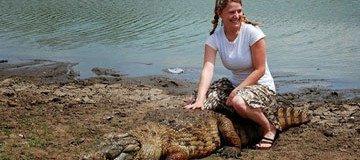 Es sorprendente lo que la gente hace con los cocodrilos en este pueblo africano.