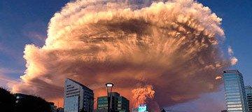 15 Fotos poderosas de la erupción de un volcán en Chile que obligó a evacuar a miles de personas.