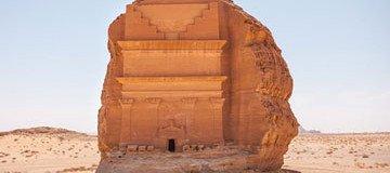 En medio de un árido desierto, se alza un castillo solitario, ajeno al paso de los siglos.