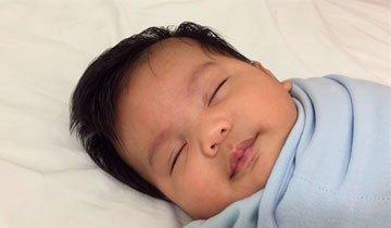 Madre muestra un sencillo truco para poner a dormir a un bebé en tan sólo 1 minuto.