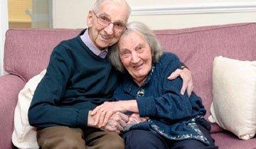 Anciano lee su diario personal cada día a su mujer con demencia, para mantener viva su memoria.