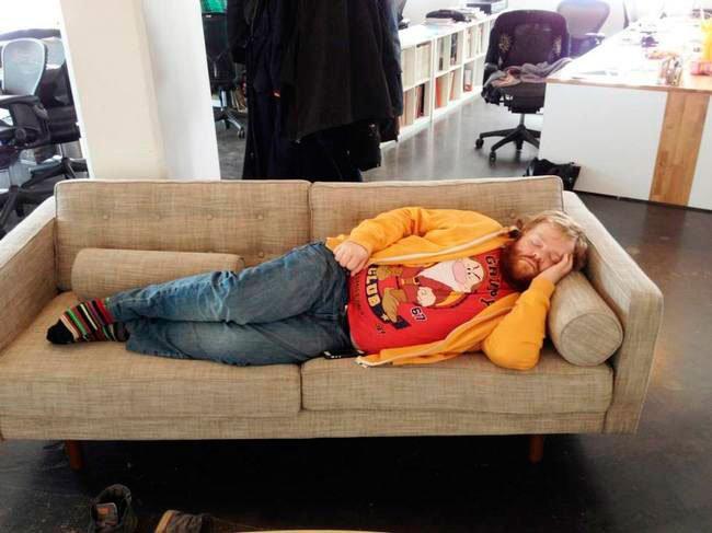 hombre-siesta-trabajo-famoso-1