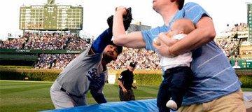 Una bola de foul fue capturada por un padre amante del Béisbol. Su reacción es genial.