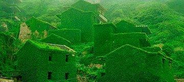 Este pueblo chino fue abandonado por los lugareños, pero la naturaleza ocupó su lugar.