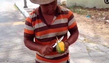 Lo que este vendedor ambulante hace con un mango es absolutamente genial.