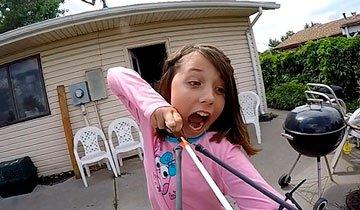 La forma en que esta niña se propuso quitarse un diente, seguro te sorprenderá.