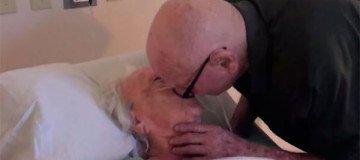 Anciano emociona a su mujer de 92 años, enferma, con esta serenata de amor.