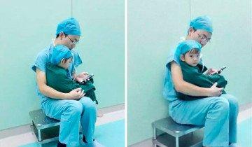 Cirujano calma a una niña de 2 años que lloraba, antes de una operación de corazón.