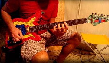 Este hombre ama LEGO, tanto que se hizo una guitarra eléctrica con ello.