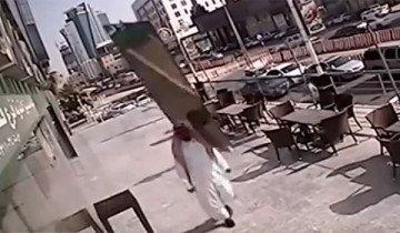 Este hombre escapó de la muerte cuando un panel de cristal Casi cae sobre él.