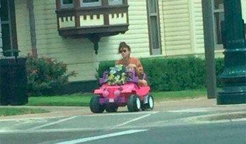 Le retiran el carnet de conducir después de un concierto. Ahora va la Universidad en un Jeep de la Barbie.