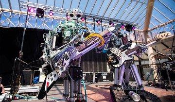 Así suena el primer grupo de heavy metal donde sólo tocan robots. Tienen mucha chispa.