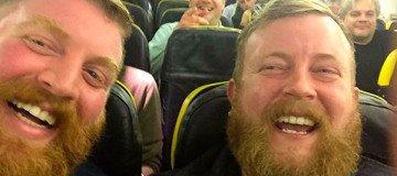 Se sentó en el avión junto a un desconocido, y resulta que era igualito a él.