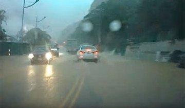 Conducían durante una fuerte tormenta, y se salvaron de la muerte por centímetros.