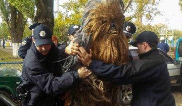 Detienen a Chewbacca, chófer de Darth Vader en las elecciones de Ucrania.