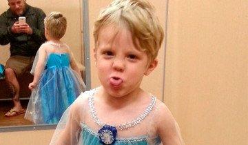 """Este niño quería disfrazarse de """"Frozen"""". Su padre cumple su deseo e internet se rinde a sus pies."""