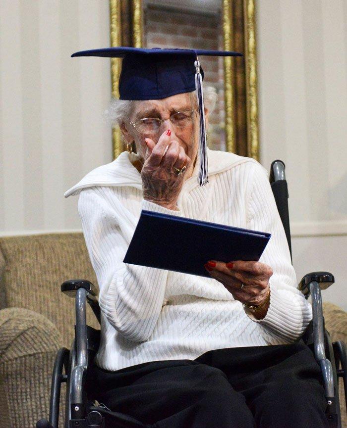 anciana-diploma-secundaria-3